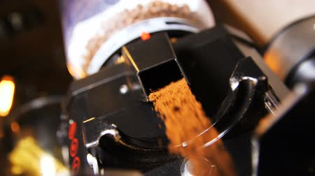 grãos de café : aromatic ground coffee poured for preparing fresh drinks