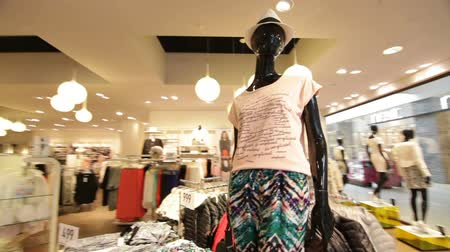 kalap : black mannequin in female t-shirt and bright colored pants