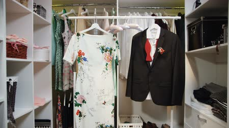 traje de passeio : dress with floral print and jacket with bow-tie in wardrobe