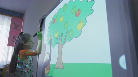 przedszkolak : girl learns fruits with computer program and projector