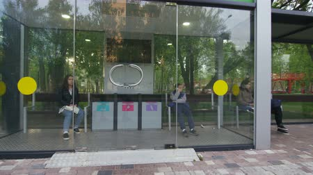 porta : people wait for transport on comfortable high-tech bus stop