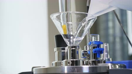 artigos de vidro : close view liquid poured from lab ware into test appliance