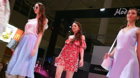 gösterileri : models in dresses walk along podium at fashion show Stok Video
