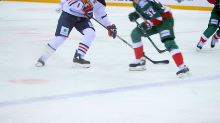 rakip : slow motion fight for puck between opponent players on ice Stok Video