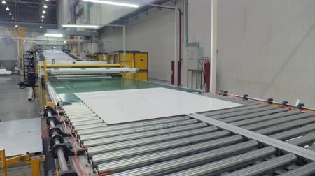 automate : cut plastic sheets transported by production line in shop