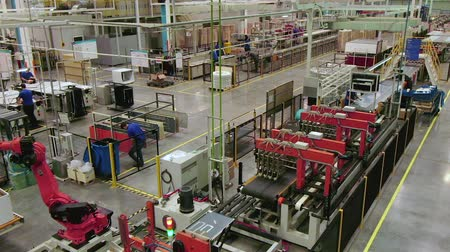coisas : process of fridge assembling with workers and equipment