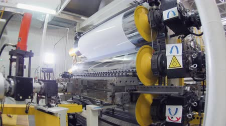 rulli : motion to machine tool with rollers stretching plastic sheet Filmati Stock