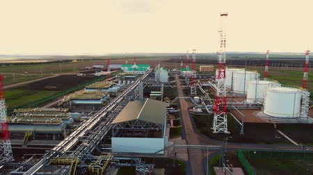 rafineria : gas and oil refinery plant with reservoirs aerial panorama Wideo