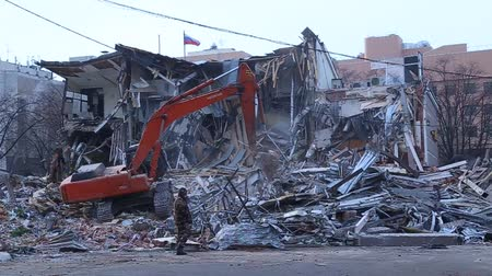 yıkım : Man suits and looking at the destruction of buildings. Pieces of Metal and Stone are Crumbling from Demolished