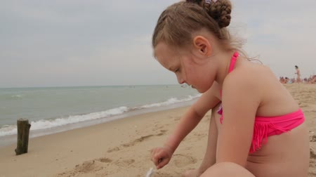 roupa de banho : Little Girl Playing With Sea Sand