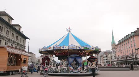 çimenli yol : Carousel With Horses Windy