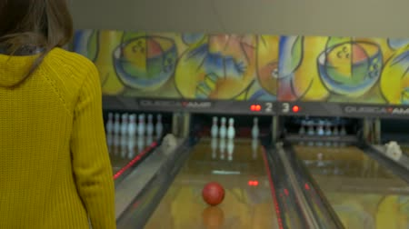 konuları : Girl Playing Bowling Stok Video