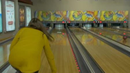 tópicos : Happy Girl Playing Bowling