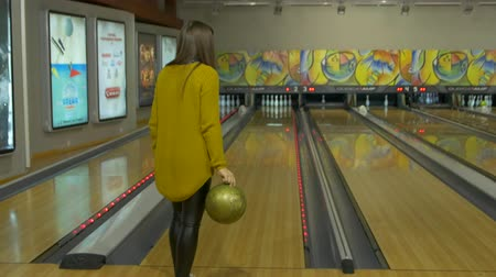 konuları : The Girl Playing Bowling