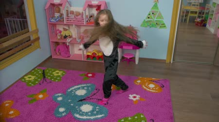 pinguim : Little Girl Is Dancing in the room