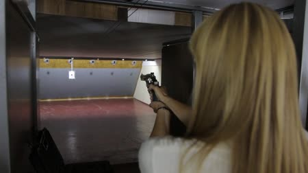 atirar : The Blonde Girl Shoots A Gun Stock Footage
