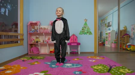 pinguim : Little Girl dancing in the room