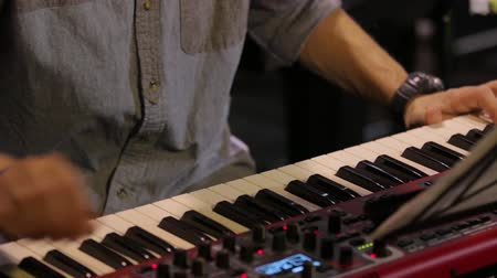 definições : Playing The Piano Keyboard