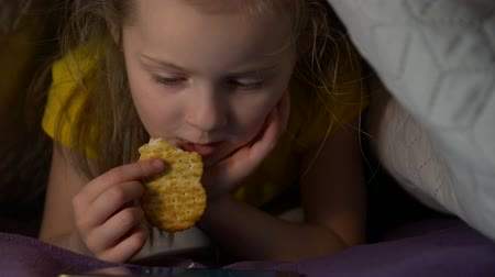 мультфильмы : Little Girl Eat At Night