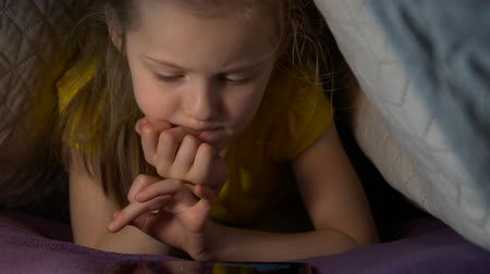 мультфильмы : Little Girl With Phone At Night