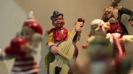statuette : Clown Musician Figurines Stock Footage