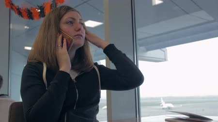 pasaport : Airport Girl Talk On Phone Stok Video