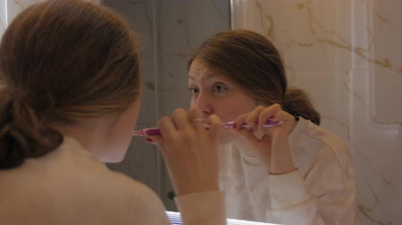 escovação : Girl Brushing Teeth Bathroom