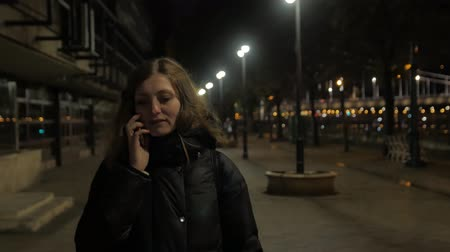 késő : Girl With Phone Walk Night City