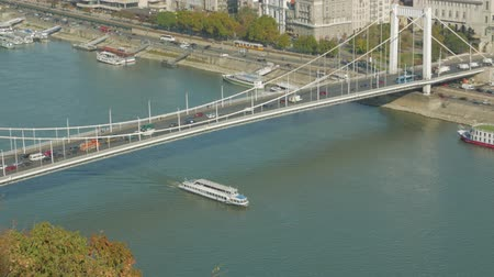 budapeste : Boat Floats On River Under Bridge