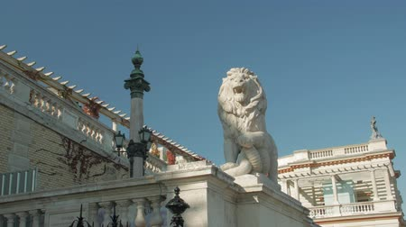 beest : Statue Of Lion Old Architecture Stockvideo