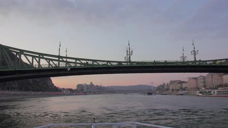 budapeszt : Boat Departure By The River Wideo