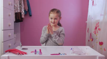 flacon vernis à ongle : Little Girl Polishes Nails