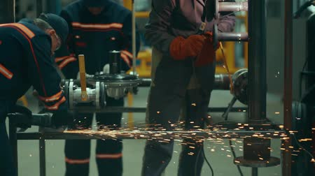 сварщик : Masters in the workshop perform cutting and welding of metal