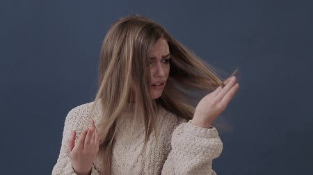poškozené : young girl unhappy with her damaged and dry hair Dostupné videozáznamy