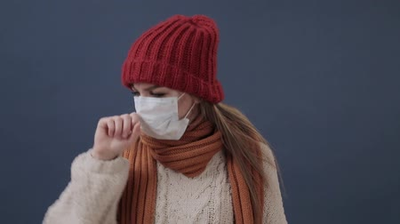 tosse : Sick girl puts on a mask coughs and sad