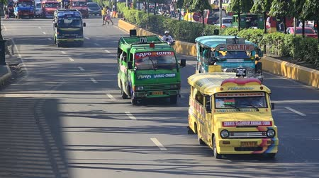 filipíny : CEBU, PHILIPPINES - MARCH 15: Jeepneys passing, Filipino inexpensive bus service. Jeepneys are the most popular means of public transportation in the Philippines. Dostupné videozáznamy