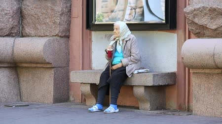 kobiety : KIEV, UKRAINE - MAY 29, 2014: An unidentified homeless woman begging on the sidewalk near Independence Square in Kiev  Wideo