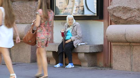 evsiz : KIEV, UKRAINE - MAY 29, 2014: An unidentified homeless woman begging on the sidewalk near Independence Square in Kiev  Stok Video