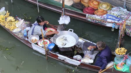 ratchaburi : RATCHABURI, THAILAND - APRIL 27, 2014 : Unidentified people on food boats at Damnoen Saduak floating market . Damnoen Saduak is a very popular tourist attraction in Thailand.