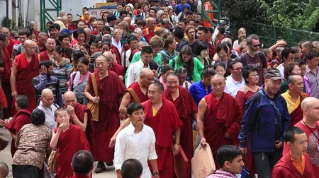 hacı : DHARAMSALA, INDIA - SEPTEMBER 24, 2014: Unidentified Tibetan monks and people from the lessons of the Dalai Lama, Buddhist temple, McLeod Ganj. Stok Video