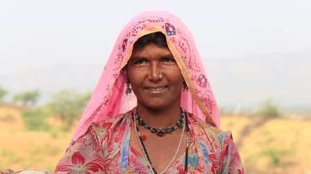 atenção : PUSHKAR, INDIA - OCTOBER 27, 2014: Unidentified woman at the attended the annual Pushkar Camel Mela. This fair is the largest camel trading fair in the world.