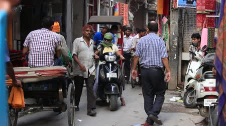evcil : AMRITSAR, INDIA - SEPTEMBER 26, 2014: Unidentified Indian people in a narrow street during traffic Stok Video