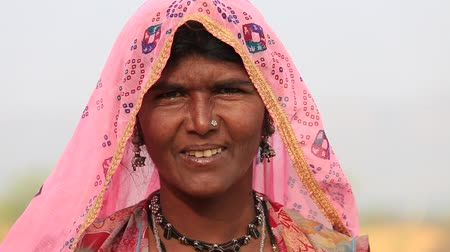 tribo : PUSHKAR, INDIA - OCTOBER 27, 2014: Unidentified woman at the the annual Pushkar Camel Mela. This fair is the largest camel trading fair in the world.