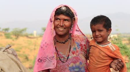 tribo : PUSHKAR, INDIA - OCTOBER 27, 2014: Unidentified woman and child at the attended the annual Pushkar Camel Mela. This fair is the largest camel trading fair in the world.