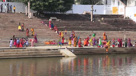 helyek : PUSHKAR, INDIA - OCTOBER 27, 2014: Unidentified Indian people at ritual washing in the sacred Sarovar lake. Pushkar - famous worship place in India