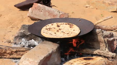 vejetaryen : Indian chapatti on fire, Pushkar, India