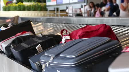 bagagem : BANGKOK, THAILAND - NOVEMBER 14, 2014: Baggage conveyor belt in the Suvarnabhumi Airport carrying the passenger luggage.
