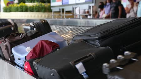 bagagem : BANGKOK, THAILAND - NOVEMBER 14, 2014: Baggage conveyor belt in the Suvarnabhumi Airport carrying the passenger luggage Vídeos