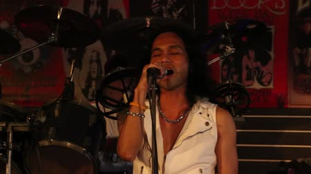 dal : PATTAYA, THAILAND - NOVEMBER 15, 2014: Unknown Thai singer sings the song at the Hot Tuna bar on a Walking Street. Walking Street is red-light district with many restaurants, bars and brothels Stock mozgókép