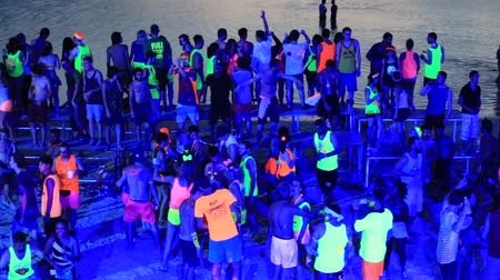 полный : KOH PHANGAN THAILAND 03 MAY 2014: Unidentified people participate in the Full Moon party on island Koh Phangan. The event now attracts anywhere from 40000 partygoers on a normal month
